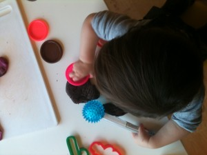 how to play with playdough toddler