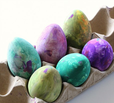 decorate easter eggs in a bag