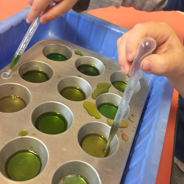 free-choice-color-mixing-tray-water-play-at-preschool